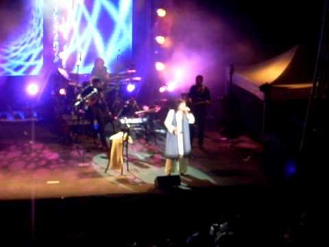 music Χαρούλα Αλεξίου - οι φίλοι μου χαράματα - live